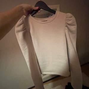 asfin swetshirt med puffärm i en superfin begie färg. Från zara och säljer för att den aldrig används. Köparen står för frakt