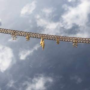 Suuuuuuper fint guldigt halsband, väldigt populärt och passar till allt, halsbandet är ca 50cm och man kan ändra längd🌈🌈⚡️⚡️