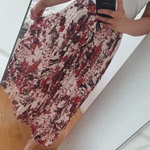 Säljer denna sommrig kjol nu. Har använd en gång bara.