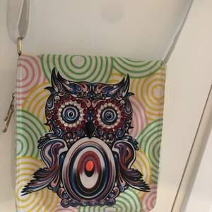 En jätte söt väska med en Uggla på, ugglan har små pärlor på typ, passar perfekt till dig som har en unik stil!!! En iPad får plats helt perfekt. Väskan är köpt i Spanien så vet ej om den fortfarande går att få tag på. (Frakt betalas av köparen) vet ej fraktens pris!!