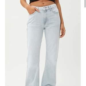 Hej! Säljer ett par mid/low waist jeans från weekday. Aldrig använda!! Så alltså i jättebra skick! Säljer bara vid bra bud💕💕💕😋