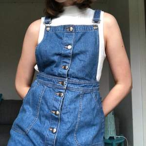 Hängselklänning köpt second hand men är ifrån HM. Jättefin till sommaren men blir för kort för mig (178) trots justerbara band. I storlek 38 - frakt tillkommer💙👖 inga defekter!