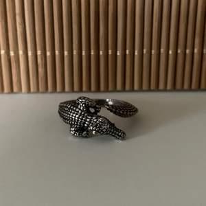 Silverfärgad ring som är hur cool som helst! 🐊 Unisex men justerbar!!