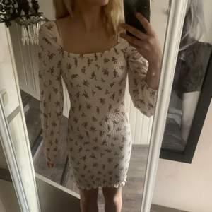 Säljer den finaste klänningen från Gina i strl xs! Så fin modell och färg😍😩