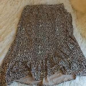 Midi Volang kjol i leopard mönster! Köpt på Zalando från Molo för ca 550kr💕 fint skick!