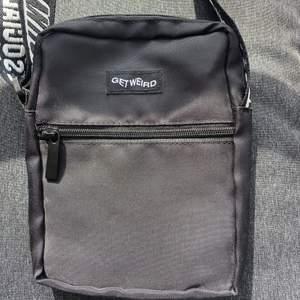 Hej! Säljer en axelremsväska från Anti Social Social Club. Väskan är äkta (har bild bevis på kvittot bara att fråga så skickar jag) väskan är perfekt nu till sommar om du ska iväg nånstans och inte vill bära runt på en hand väska tex! Frakten är inkluderad 💓