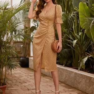 Vacker klänning med flattering design och fina detaljer. Knappar, hög midja, midi. Helt ny/oanvänd. Storlek L, för liten vid höften för mig💛