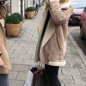 Säljer Zara jacka storlek S, liknar Acne jacka! Säljer för 400kr.