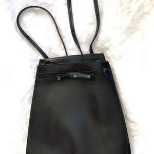 Supersöt ryggsäck i skinn med en liten rosett framtill. Märket Furla från Italien. Frakt tillkommer❤️