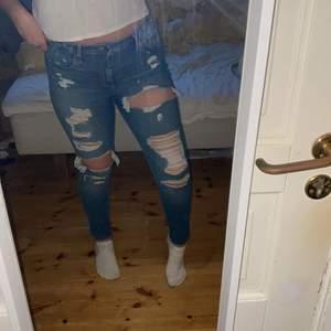 Ett par ripped skinny jeans med högmidja från Hollister. Originalpris 500kr. Strl 13R sitter som L/XL. Jätte bekväma & knappt använda.