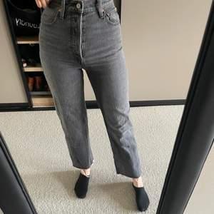 Gråa Levis jeans i modellen ribcage straight i storlek 26🥰 350kr+frakt💕