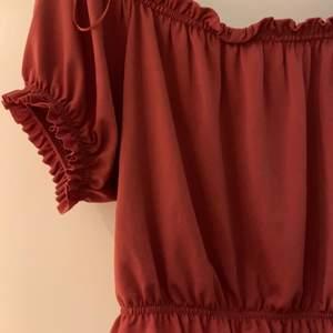Säljer en röd croptop från Gina Tricot. Prislapp sitter kvar. Storlek L