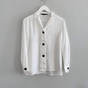 Vit satin skjorta från Zara. Storlek S.