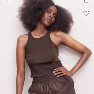 Säljer ett helt oanvänt ribbat brunt linne med lapparna kvar!🤙🏽🤙🏽 Strl S