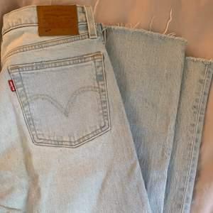 Levis 501 jeans med slitning på ena knät samt framfickorna! Bra skick och i en ljusblå färg💖