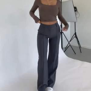 Tja säljer mina byxor från venderbys, helt nya endast testade men tyvärr för små,, storlek S. Har både mörkbruna och mörkgrå. Waist-70cm hip-98cm length-107cm modellen är 170cm lång, bilder lånade från deras hemsida!!