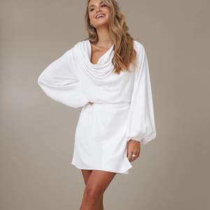 Världens finaste klänning till salu! Slutsåld överallt, omöjlig att få tag på :(. Storlek 38 men passar xs-s!
