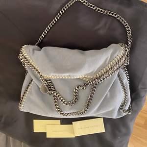 Stella väska i finaste ljusblå färgen och modellen fold over tote dvs mellan😇 väldigt bra skick inga slitningar på kedjan eller fläckar!! Från vestiarie collective så äkthetsbevis finns därifrån ❤️ perfekta sommarväskan🌸🌸 3500 kr
