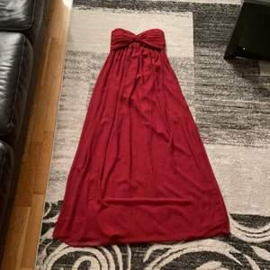 Storlek 34. En jätte fin röd klänning som är perfekt till balen i skolan, en student fest eller något liknande. Bra skick! Kostar 200kr + frakt
