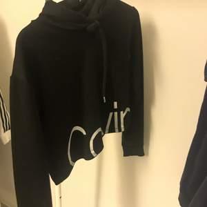 Kortare hoodie från Calvin Klein