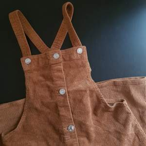 Ljusbrun hängselklänning / kjol i fin skick! Använt bara några få gånger, väldigt gulligt