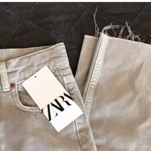 Har dessa ljusgrå jätte snygga byxor från zara, men de är lite stora. Så säljer nu dem... passar allt mellan 34-38