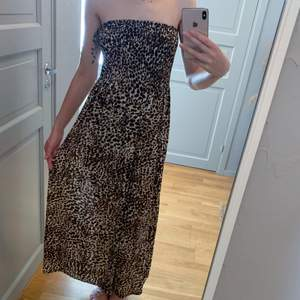 Långklänning utan axelband. Leopard. Stretchig överdel. Onesize. Något stor för mig som saknar byst. Jag brukar ha xs-small.