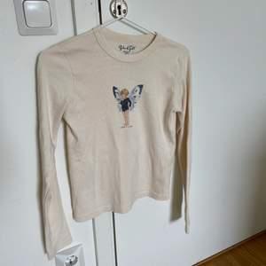 Långärmad tröja från Brandy Melville med tryck, passar XS-S. Helt oanvänd, som ny!