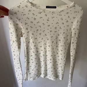 Supersöt blommig tröja köpt i USA på brandymelville!🤍Passar mig som oftast har storlek M men sitter ganska tight. Skulle säga att den är XS-S. Tröjan är helt oanvänd.💞💞
