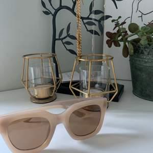 Säljer dessa oanvända solglasögon🌸 Solglasögona har en beige kant🥰 Skriv privat om du har några frågor😊