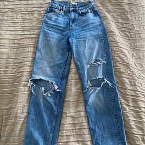 Blåa 90's high waist jeans med hål från Gina Tricot. Storlek 32. Sitter perfekt, jag är ungefär 168 och skulle säga att dom passar fint på 170 och neråt. Änvänt några få gånger men i perfekt skick. Nypris 600. Säljer för 150+79(frakt)💙