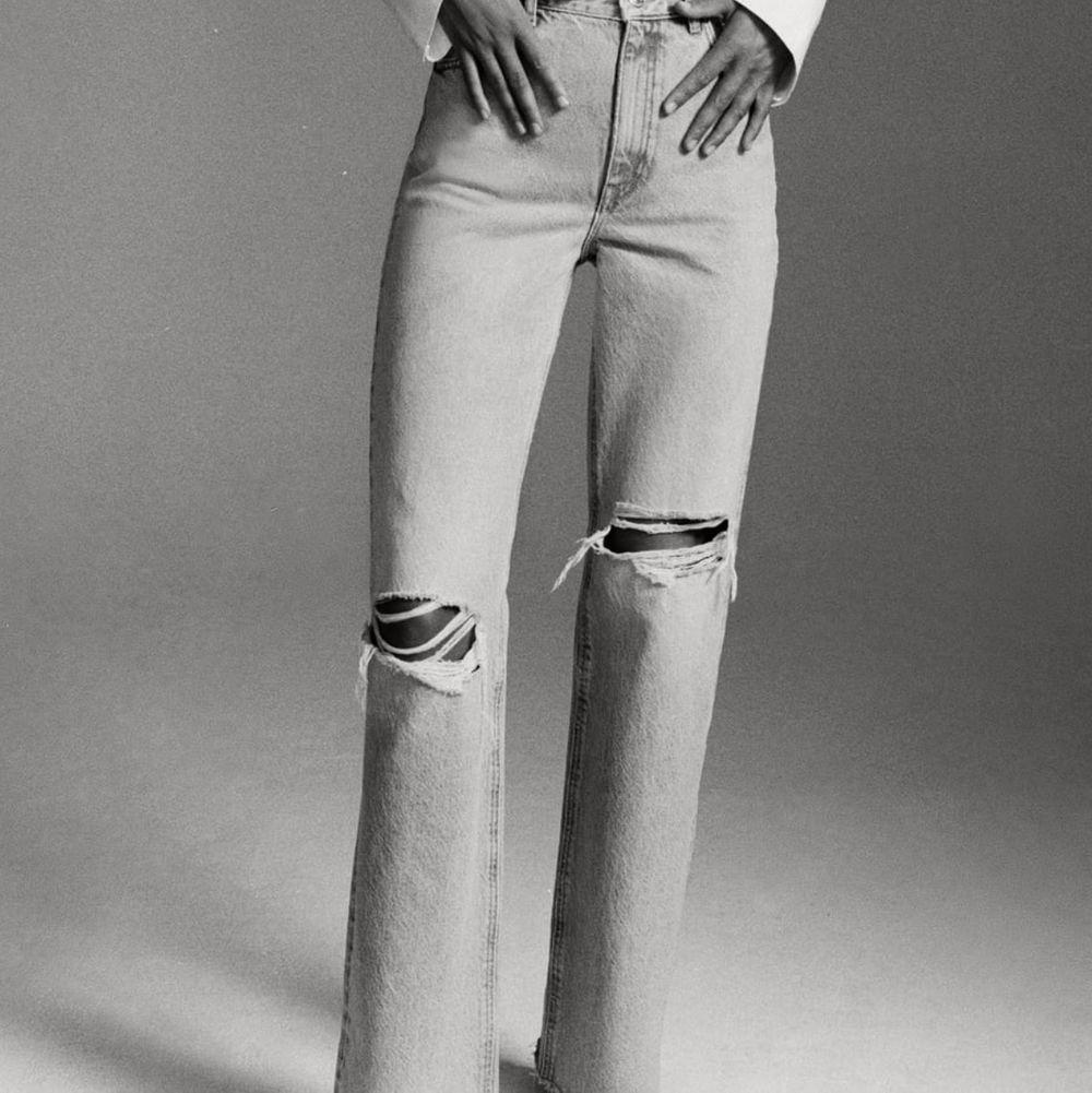 Supernajs slutsålda jeans från ZARA i strl 32. Sitter jättefint! Förtjänar ett nytt hem. . Jeans & Byxor.