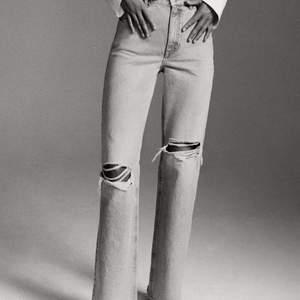 Supernajs slutsålda jeans från ZARA i strl 32. Sitter jättefint! Förtjänar ett nytt hem.