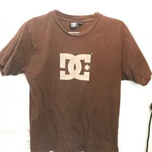 Jättesnygg brun DC tshirt i perfekt skick. Står L på lappen men passar mer som M.