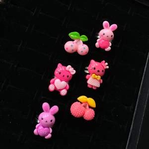 Super söta justerbara ringar 🤍 ringar med körsbär, kanin och hello Kitty på!🐰🍒 alla ringar är justerbara och passar därmed alla🤍🤍🤍 20-30kr/st
