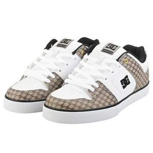 Oanvända dc skor som är slutsålda. Säljer pga ingen användning. Frakt ingår, kan även mötas upp runt Växjö. Storleken är 35.5 passar 38&39