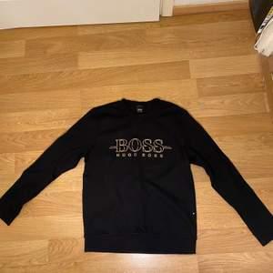 Säljer nu en fet Hugo boss tröja som jag använt 1 gång men då den var lite för stor för mig så vill jag sälja den. Nypris på den är 1000kr och skicket är 10/10