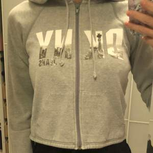 Äkta Donna Karen New York grå super snygg hoodie med dragkedja fickor på framsidan. Midjekort. Kan fraktas mot en kostnad eller mötas 📮📍🥰