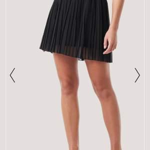 Plisserad kjol från nakd i storlek xs