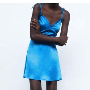 Klänning från Zara i storlek S. Aldrig använd med prislapp kvar! Bud ligger på 300kr + frakt