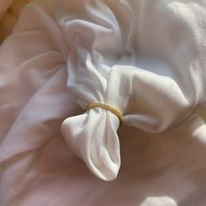 Jättefin guldig ring med diamanter, finns i storleken S, M och L. Det är fast pris och det finns många.
