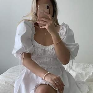 Budgivning avslutad! Superfin vit klänning med spets detalj och puff ärmar! Super fin för sommaren. Den är aldrig använd så i jätte bra skick.  ‼️ köparen står för frakt ‼️