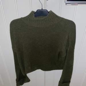Mörk grön stickad tröja från Gina tricot. Sticks ingenting👍🏼😊 använd få antal gånger! Skicka bild för bild på😜