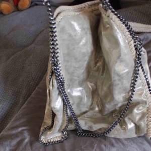 Liknar Stella McCartney falabella 💓 tror kedjan färgar av sig på jackor så ha då helst inte vita jackor 😊
