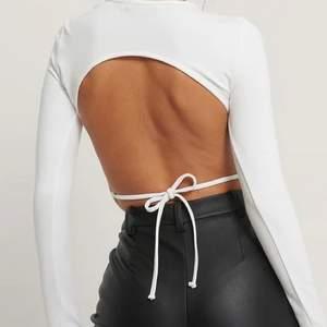 En skitsnygg tröja med öppen rygg som är helt ny!!! Den är aldrig använd utan har bara legat i garderoben och därav kännde jag att det var dags för en ny ägare. Pris 150kr