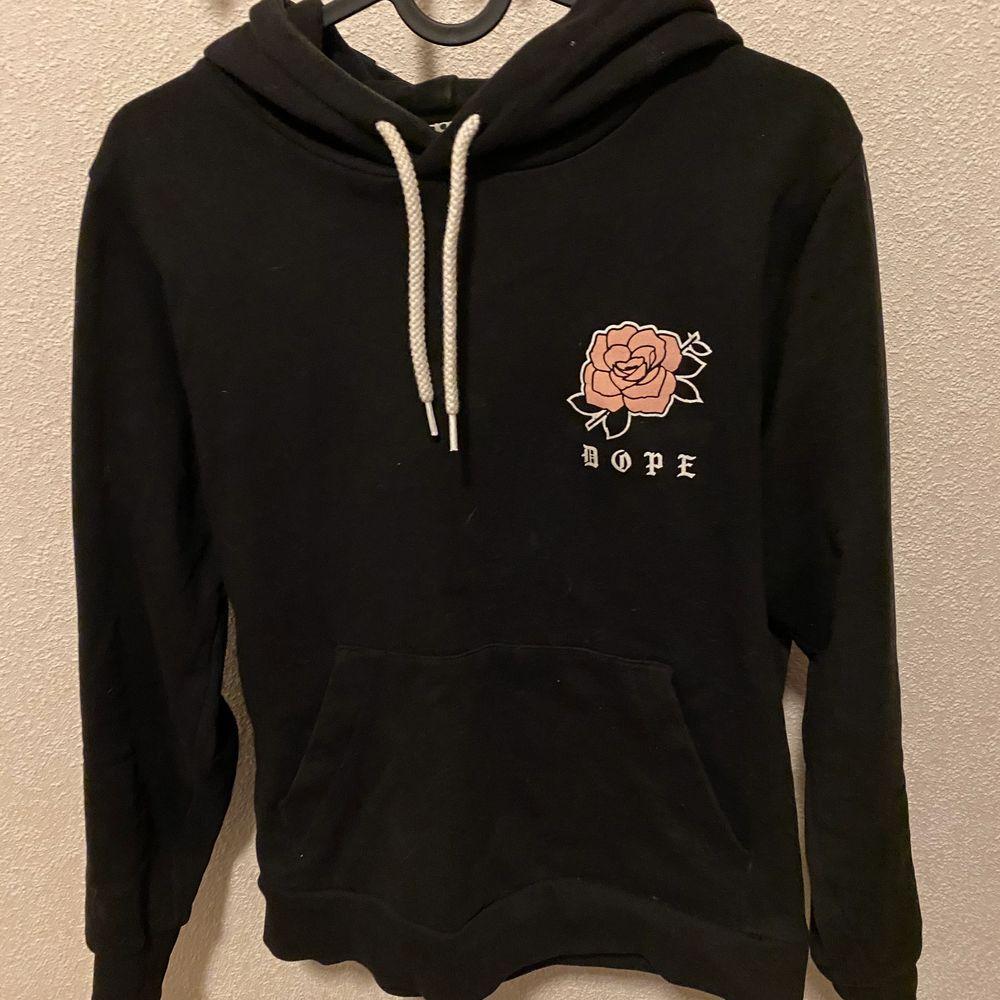 DOPE hoodie i storlek xs säljes nytvättad finns i ljungdalen annars står köparen för frakt . Huvtröjor & Träningströjor.