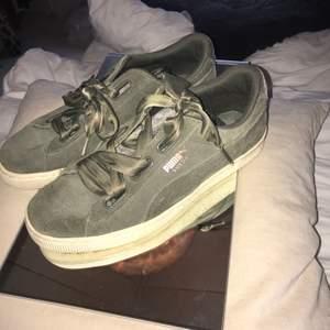 Jätte söta skor och bekväma, storlek 41, jag säljer för de nt passar min stil längre, det följer med ett annat typ utav skosnöre än bara de som är på.(köparen stör för frakten som även kan komma att bli lite billigare beroende på vilket som skorna kan passa i, priset på skorna går även att diskutera)