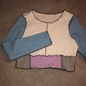 Ribbad colourblock tröja i strl XL sitter mer som en L✨ lite croppad, väldigt strechigt material, helt ny aldrig använd✨