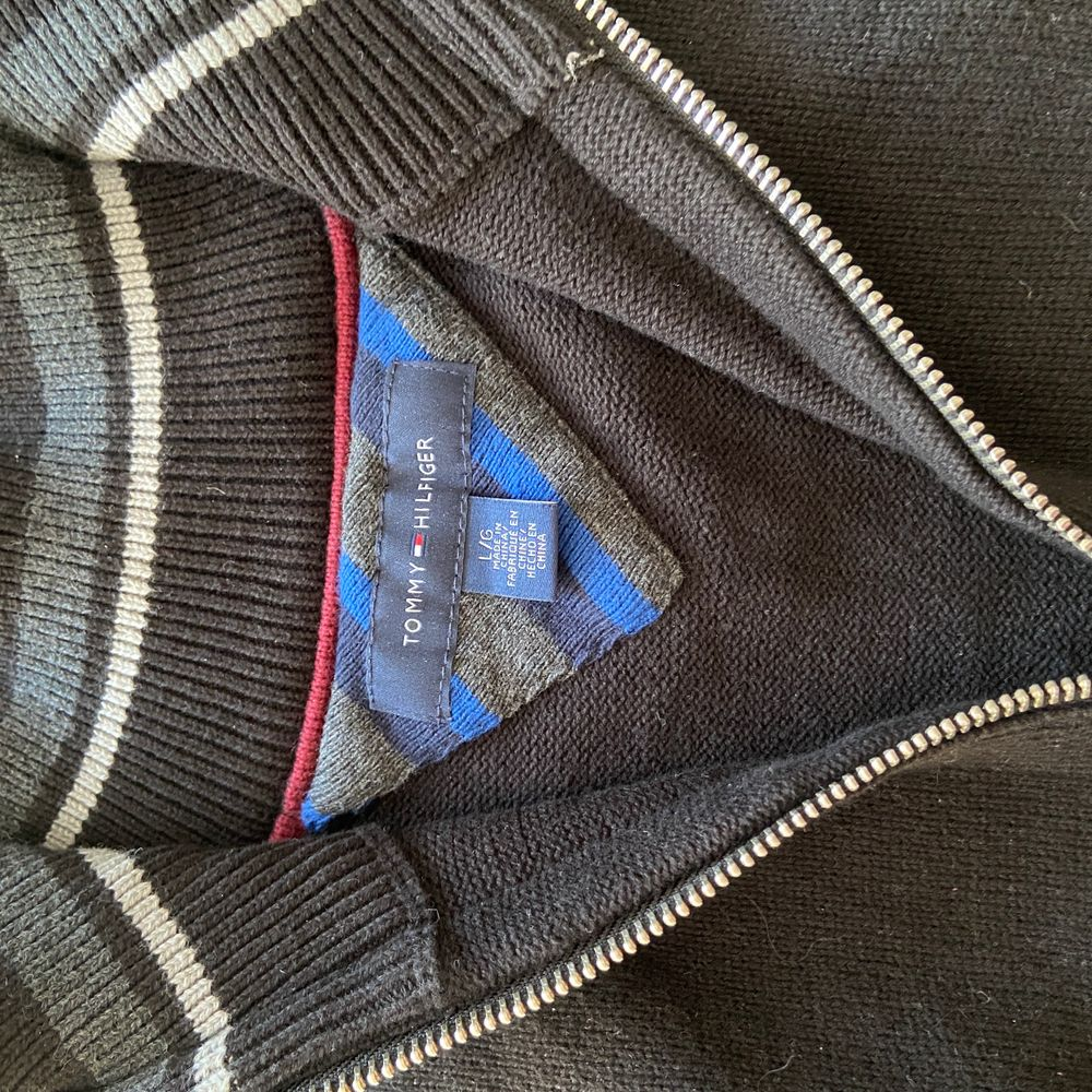 Svart tröja med liten dragkedja, ribbade armar, skönt material. Köparen står för frakten💗✨. Tröjor & Koftor.