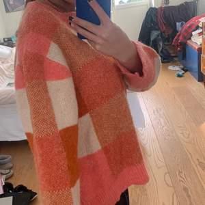 Så fin tröja tyvvär inga lappar men skulle gissa på att det är en storlek S/M färgerna är mer klara och mer färgglada i verkligheten! Som ny!
